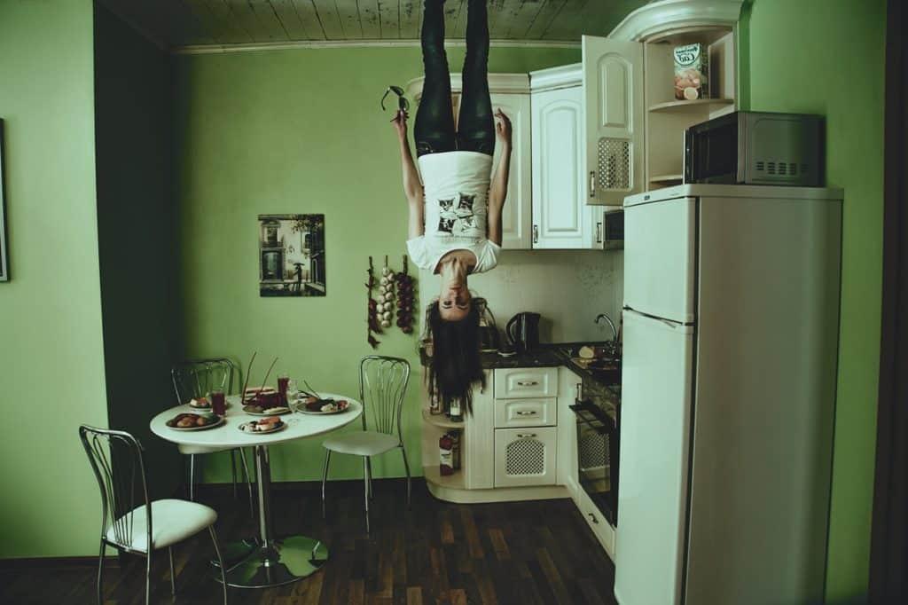 תמונה של אישה הפוכה לפני ההובלת דירה